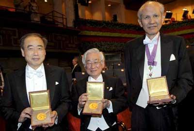 Dibujo20090902_T_Maskawa_M_Kobayashi_Y_Nambu_Nobel_Prize_Medals